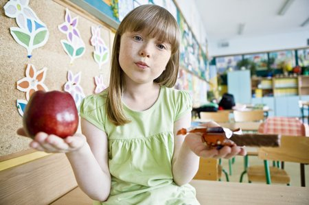 Když si děti mohou vybrat, sáhnou samozřejmě raději po čokoládové tyčince, než zdravému ovoci.