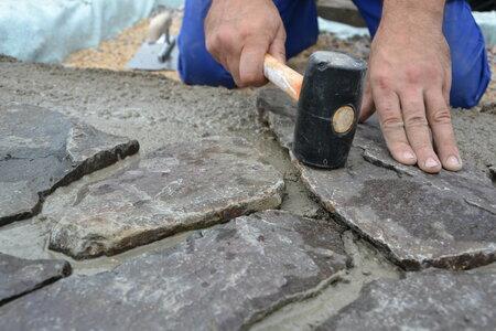 7) Aby dlaždice dobře přilnuly k betonu, poklepávejte je gumovým kladívkem