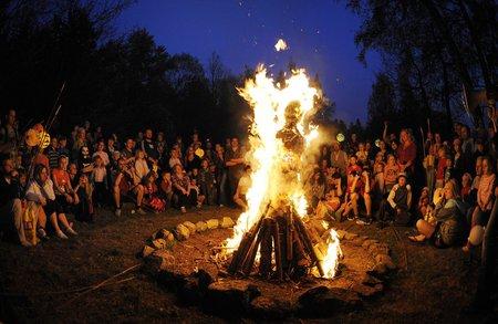 Mezi staré keltské zvyky, které se dochovaly do dnešních dob, patřilo pálení velkých vater, mezi kterými pak procházeli lidé i domácí zvířata.