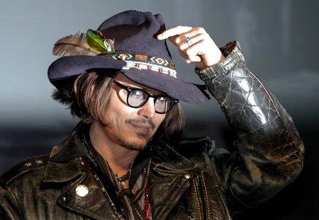 Johnny Depp se prý moc často nesprchuje.
