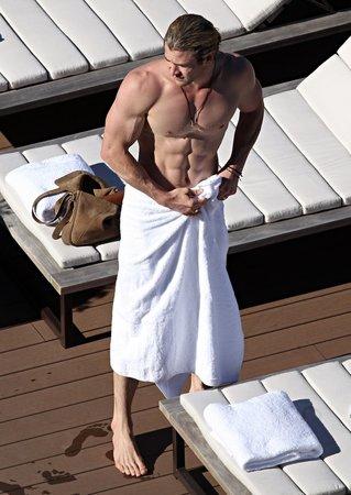 Chris Hemsworth u bazénu předvedl dokonale vypracované tělo