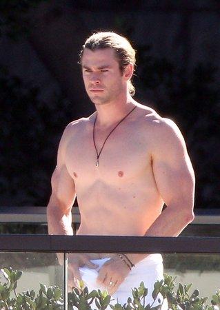 A takto vypadal pohledný herec v době, kdy natáčel Avengers.