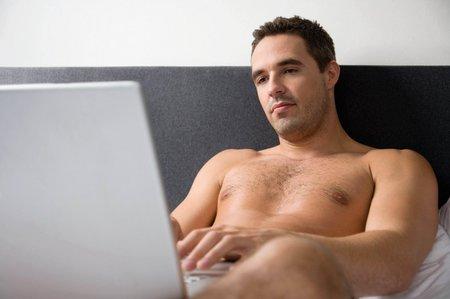 Čím dál častěji si do postele místo partnera či partnerky bereme počítač...