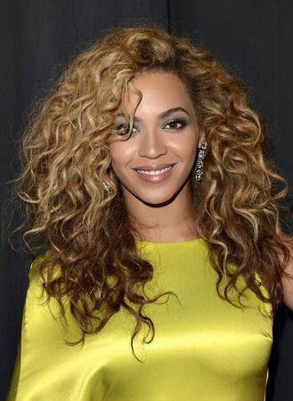 Beyoncé (33) má vlasy od přírody kudrnaté. Mnohem více jí ale sluší velké vlny nebo rovné vlasy s objemem.