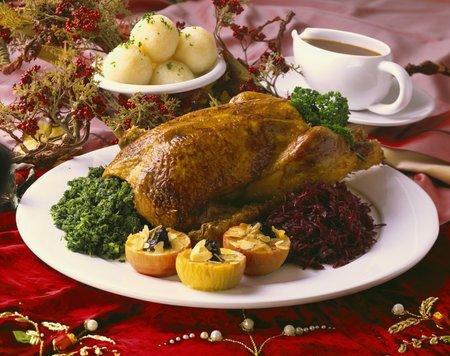 Svatomartinská husa s dušeným zelím a bramborovým knedlíkem.
