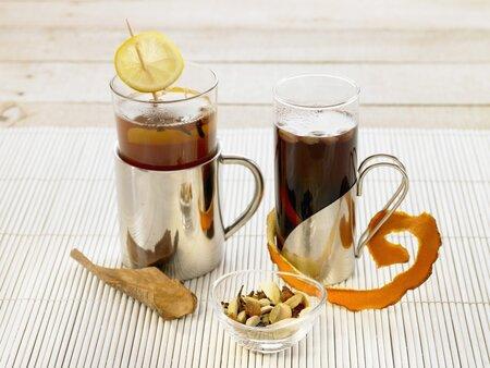 Svařený jablečný džus a punč prostě k zimním dnům patří. Připravte si je snadno a za pár korun doma!
