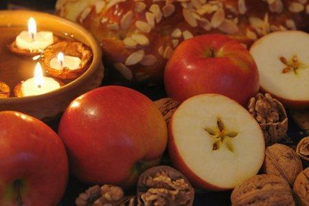Zda se dožijete hodně let vám prý prozradí rozkrojené jablíčko a svíčky ve skořápce