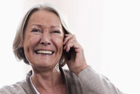 Senioři mobil potřebují, ale při jeho používání mají jiné priority než mladá generace