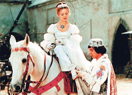 Libuše Šafránková coby Popelka a princ Pavel Trávníček v nejslavnější scéně nazouvání ztraceného střevíčku.