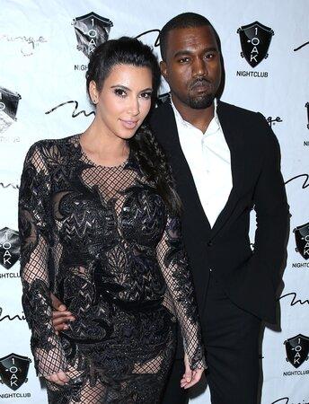 Kim Kardashian po boku snoubence Kanye Westa.