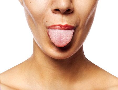 žena s vyplazeným jazykem