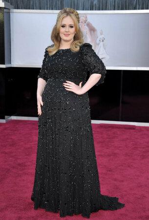 Adele v černé podruhé: v šatech od Jenny Peckham.