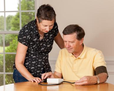 Měřte svůj krevní tlak pomocí tlakoměrů v pohodlí domova a zapisujte si své výsledky.