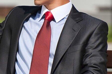 716a6e19d60b Lesklý oblek do zaměstnání v žádném případě nepatří. Snižuje možnost  úspěchu při jednání.