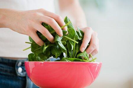I když ve špenátu není tolik železa, jak se dlouhá léta tradovalo, jde o zdravou a prospěšnou zeleninu