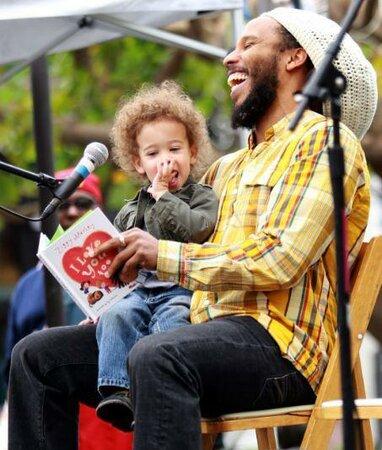 Zpěvák a hudebník Ziggy Marley s jedním ze synů