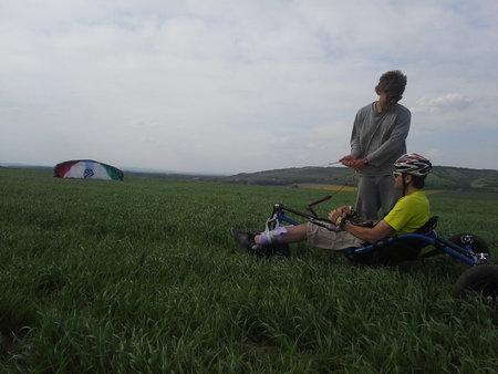 Martin sedí na speciálním upraveném vozítku, které se pohybuje za pomoci větru a padáku. Říká se tomu buggykiting.