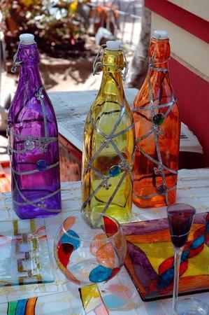Opravdu netradiční výrobky získáte, pokud vyzkoušíte malování na již barevné předměty. Zde jsou láhve pomalovány zcela  a ozdobeny stříbrnou konturovací barvou.