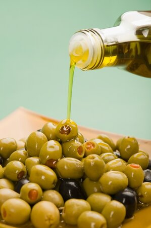 Ten pravý olivový olej vznikát lisováním oliv