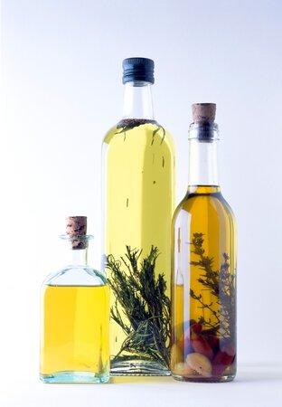 Do olivového oleje se nakládá spousta druhů zeleniny i koření