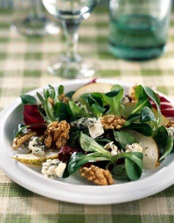 Salát s hruškou, sýrem a ořechy