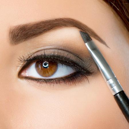 Zkosený štětec se skvěle hodí k vyplnění obočí nebo k nakreslení očních linek.