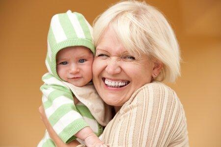 Půjčte tchýni dítě alespoň na chvilku a užijte si času, který získáte pro sebe.