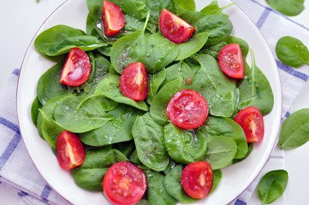Špenátový salát s rajčaty