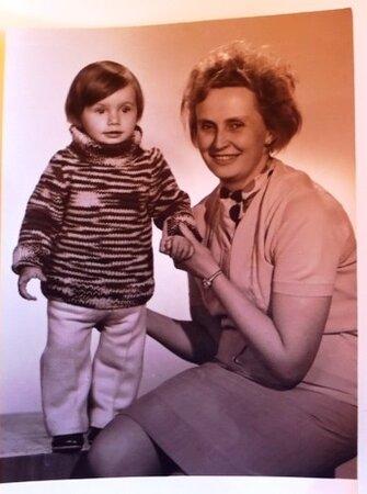 Roční Alice s babičkou