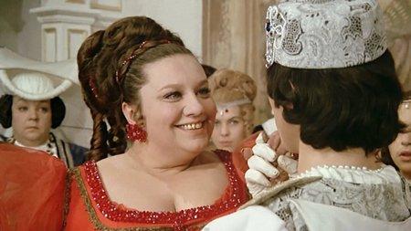 Helena Růžičková hrála Droběnu, dceru baronky z Kratihájů, což je postava z divadelní hry Zvonoklasy.