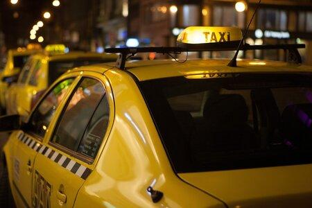 Když si přivoláte taxi přes dispečink, můžete být o ceně předem informováni – ne když jen mávnete na řidiče venku na ulici.