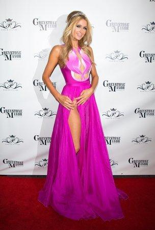 Paris Hilton ve svých Barbie šatech odhalila víc, než bylo nutné.