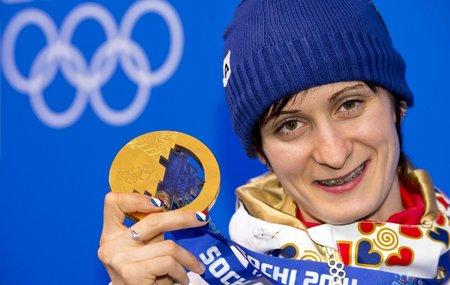 Rychlobruslařka Martina Sáblíková oslavuje svou výhru v závodu na 5000 metrů