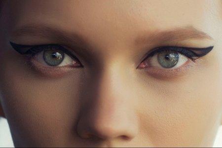Oční linky letos dostávají zcela nový význam.