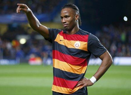 Didier Drogba zdraví fanoušky před odvetou osmifinále Ligy mistrů na hřišti Chelsea