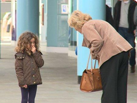 Experiment s malými holčičkami, které potřebovaly pomoct se nezdařil. Ukázalo se, že si jich lidé vůbec nevšimli.