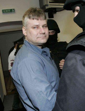 Jiřího Kajínka pravidelně ve vězení navštěvuje dlouholetá přítelkyně, s níž se seznámil ještě předtím, než byl odsouzen na doživotí.