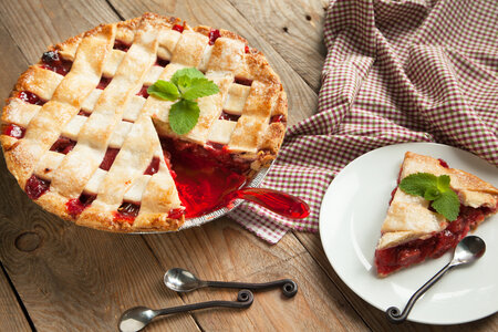 Mřížkový rebarborový koláč s jahodami