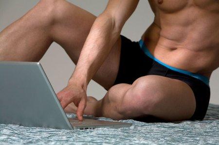 Muž miluje svůj laptop a chce se s ním oženit