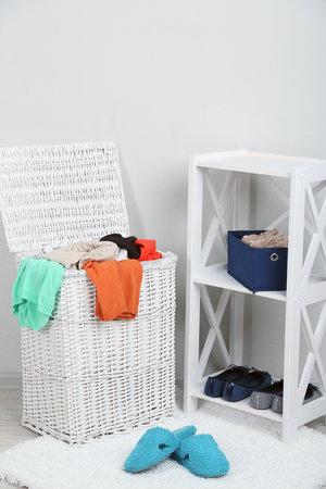 Objemný prádelní koš zároveň poslouží jako židle.