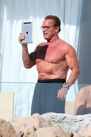 Arnold Schwarzenegger má v 66 letech svalnaté tělo. Jak to dělá?
