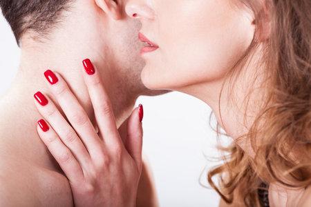 Muži mají se svou nahotou mnohem menší problém než ženy, ale přesto je dobré je občas pochválit