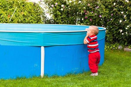 Dítě v Ostravě spadlo do bazénu u rodinného domu a topilo se (ilustrační foto)