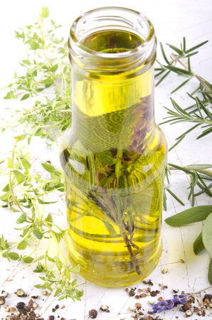 K nakládání bylinek se nejlépe hodí především zastudena lisované oleje