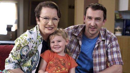 Martin Hofmann coby Jaroslav Hejl se svou dcerou Miriam a matkou v podání Hana Maciuchová.