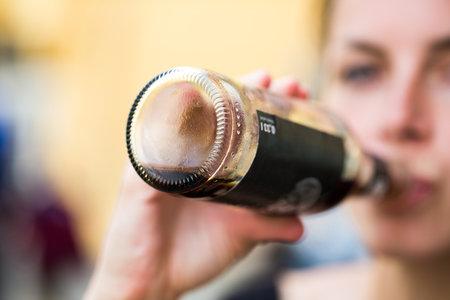 Slazené nápoje působí skutečně nebezpečně na naše tělo. Přečtěte si, co s námi dělá konzumace limonád během první hodiny.