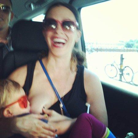 Alanis Morissette při kojení.
