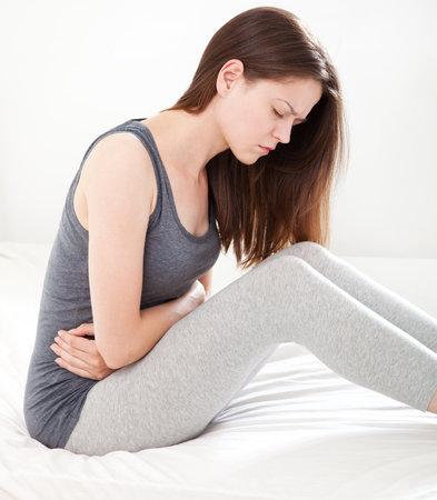 Celiakie se projevuje hlavně velkými bolestmi břicha, průjmy a křečemi ve střevech.