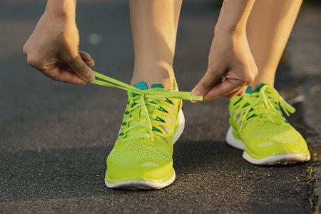 """Běh či chůze jsou vcelku zdravé, ale o populárních """"bosých"""" botách to nejspíše tak moc neplatí"""