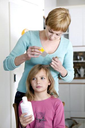 Po použití chemických prostředků proti vším použijte speciální hřeben.